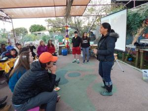 Irene Pena speaks before USC class and garden volunteers at Proyeto Jardin. Photo by Antonio Mejías-Rentas